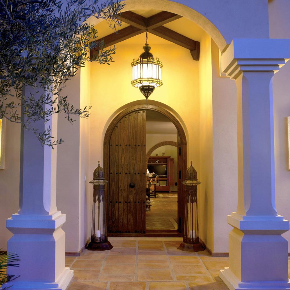 Puertas macizas talladas a mano. Estilo árabe. Decoandalus Tienda de muebles Marbella