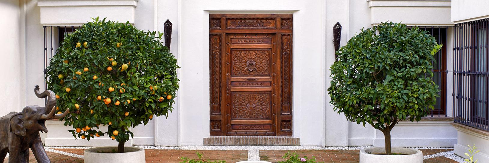 Puerta árabe maciza tallada